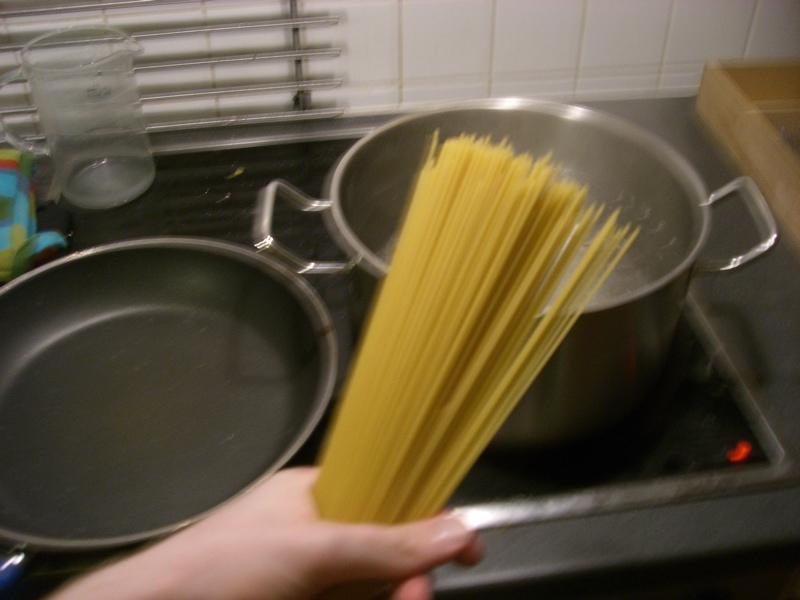 Nächster Schritt: Pasta ins kochende und gut gesalzene (noch so ein typischer Fehler - der auch mir häufig unterläuft) Wasser. In dem Fall waren das nur Spaghetti, weil wir gerade nichts anderes hatten, ich empfehle an sich primär Fussili oder Linguine.