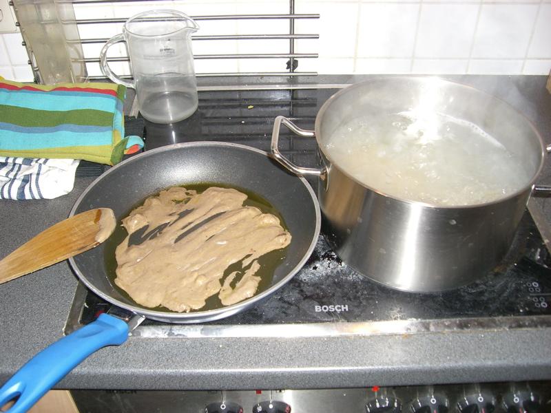 Sobald die Pfanne einigermaßen warm ist, also das Pasto (oder in diesem Fall Trüffelcreme) hinein und schön umrühren.