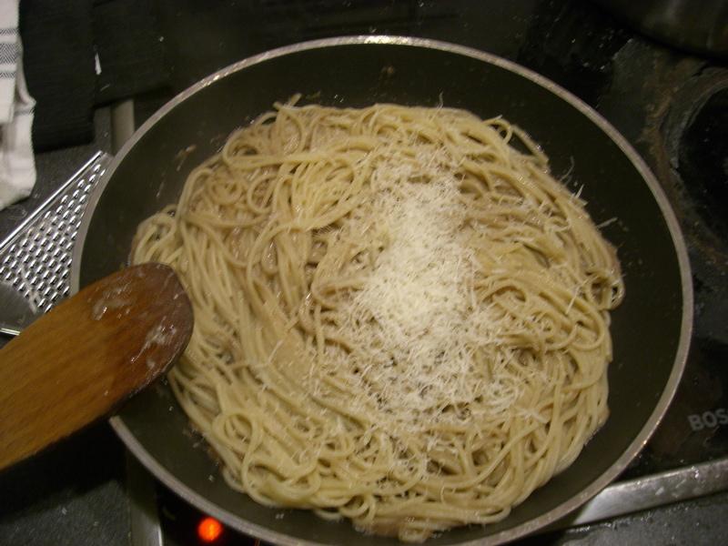 Man merkt, ich mag Parmesan wirklich sehr. Jetzt weiter schon umrühren, damit das ganze eine feine Masse ergibt - keine Angst, auch mit viel Käse bleibt es fern von der Konsistenz geschmolzener Marshmallows.