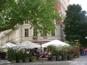 Café Anne Blume von außen (wo man sich natürlich auch hin, pardon, pflanzen kann.