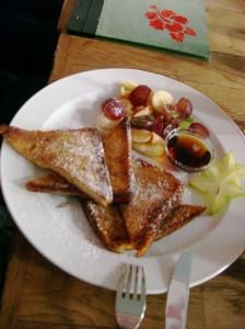 Kalorien machen glücklich und nähen Kleidung enger: Ein Kandidat für Berlins besten French Toast.