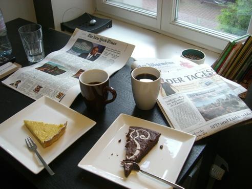 Leckeren selbstgebackenen Kuchen, Kaffee und Zeitungen - hier bin ich Mensch...