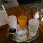 Milch und Kaffee für den Latte kommen separat. Wasser ist grundsätzlich dabei.